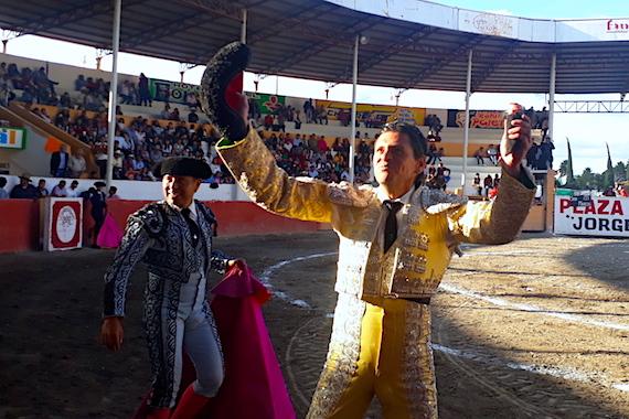 En Tlahuelilpan… El ecuatoriano Cruz Ordóñez, corta la única oreja
