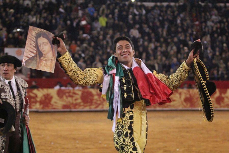 En la Monumental México… Emotivo triunfo de Sergio Flores; sale por la puerta del encierro junto con Joselito