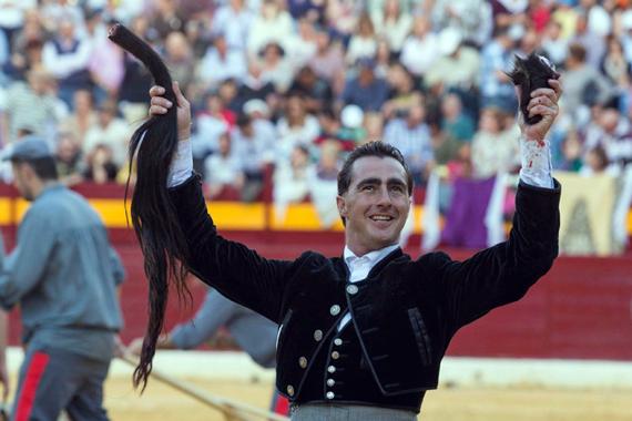 En Villaluenga del Rosario… Destaca El Fandi cortando un rabo