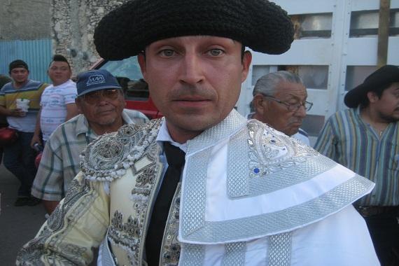 En Tixkokob… Leonardo Buenaño corta una oreja