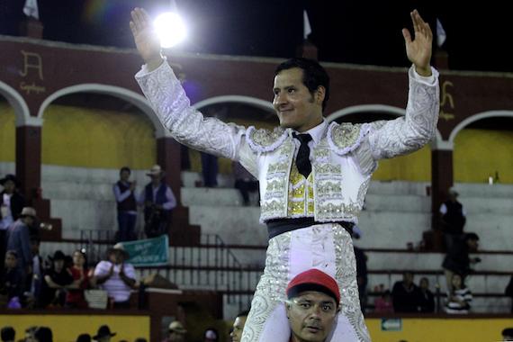 En Tlaxcala… Angelino de Arriaga, sale en hombros