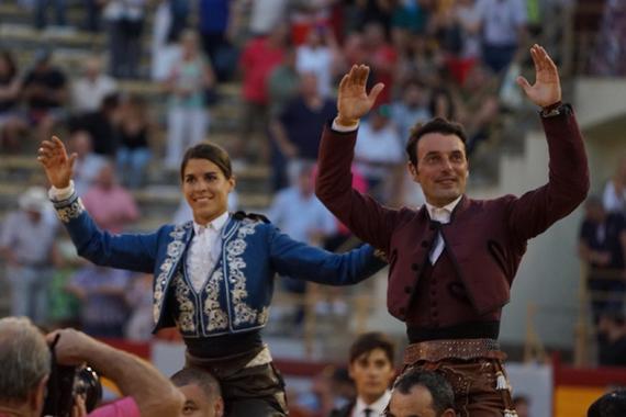 En Alicante… Andy Cartagena y Lea Vicens salen a hombros en la primera de Hogueras