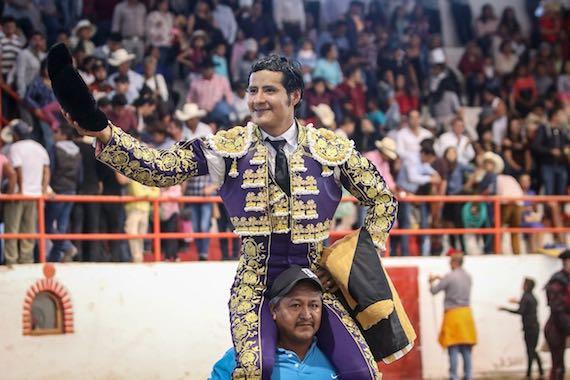 En Tetepango… Angelino de Arriaga, salió en hombros