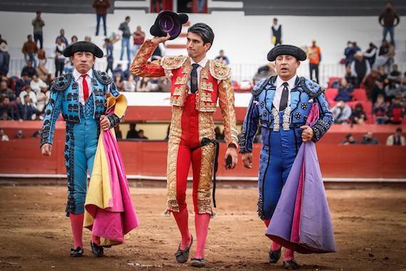 En Pachuca… Calita oreja y cornada; Leo también cortó un apéndice