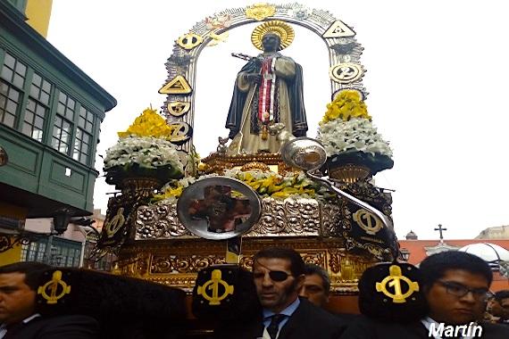 Padilla carga a San Martín de Porres por las calles de Lima