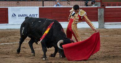 En El Espinar… Paco Ureña corta el único trofeo del mano a mano